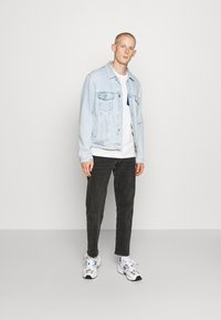 Tommy Jeans - CONTRAST POCKET TEE  - Print T-shirt - white - 1