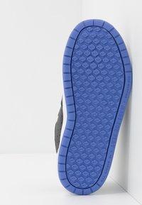 Nike Performance - PICO 5 GLITTER - Zapatillas de entrenamiento - black/white/sapphire - 5