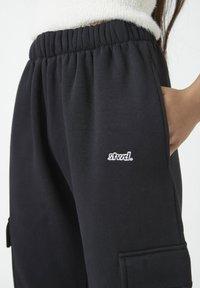 PULL&BEAR - Teplákové kalhoty - black - 3