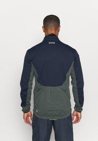 Gore Wear - C5 WINDSTOPPER® THERMO TRAIL JACKET - Giacca softshell - orbit blue/urban grey - 2