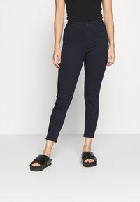 Vero Moda Petite - VMJOY SKINNY TAPERED  - Jeans Skinny Fit - dark blue - 0