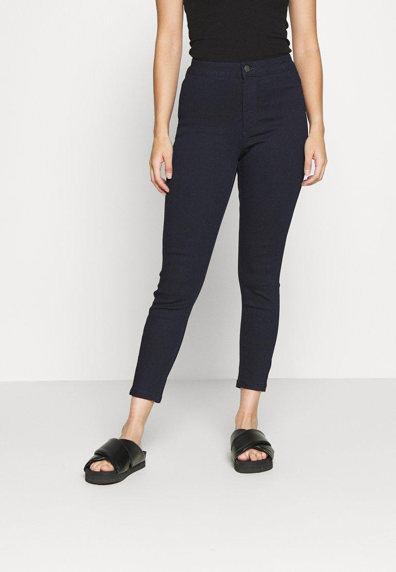 Vero Moda Petite - VMJOY SKINNY TAPERED  - Jeans Skinny Fit - dark blue