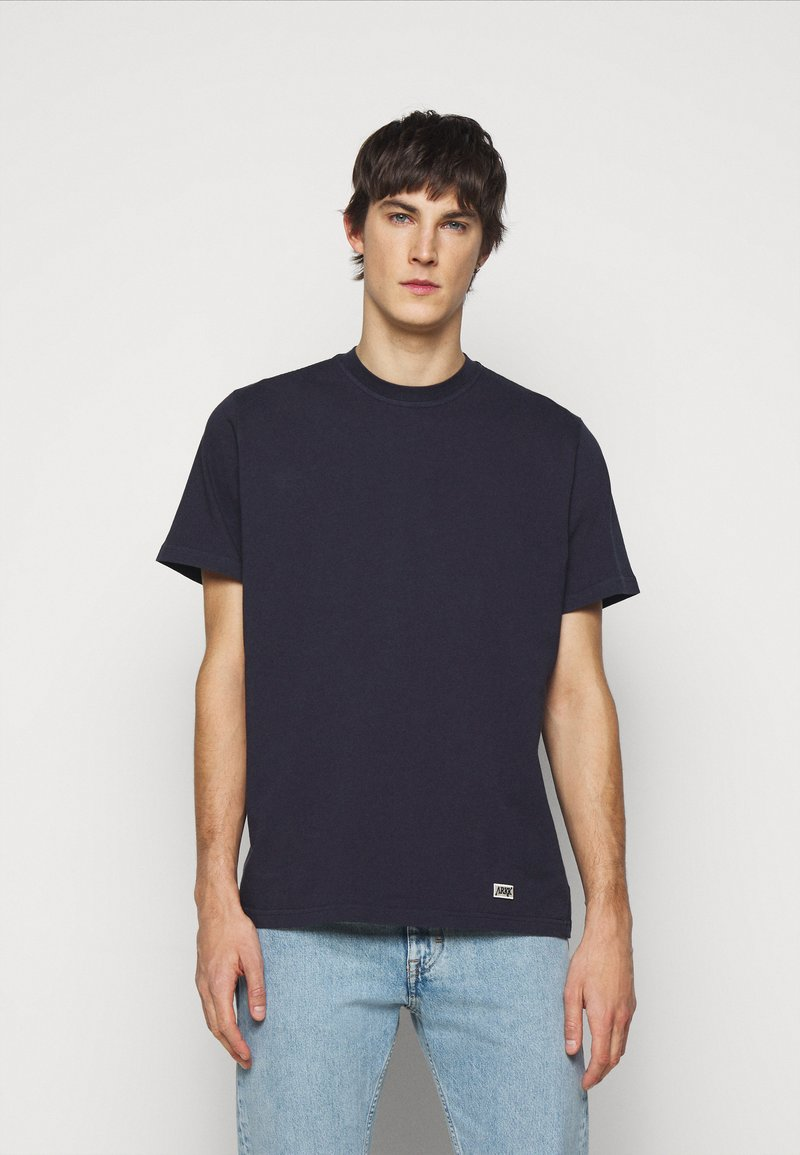 ARKK Copenhagen - BOX LOGO TEE - Basic T-shirt - maritime blue