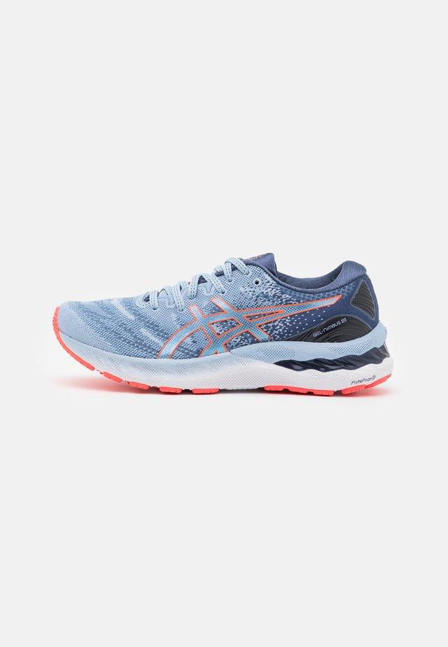 GEL NIMBUS 23 - Neutral running shoes - mist/blazing coral