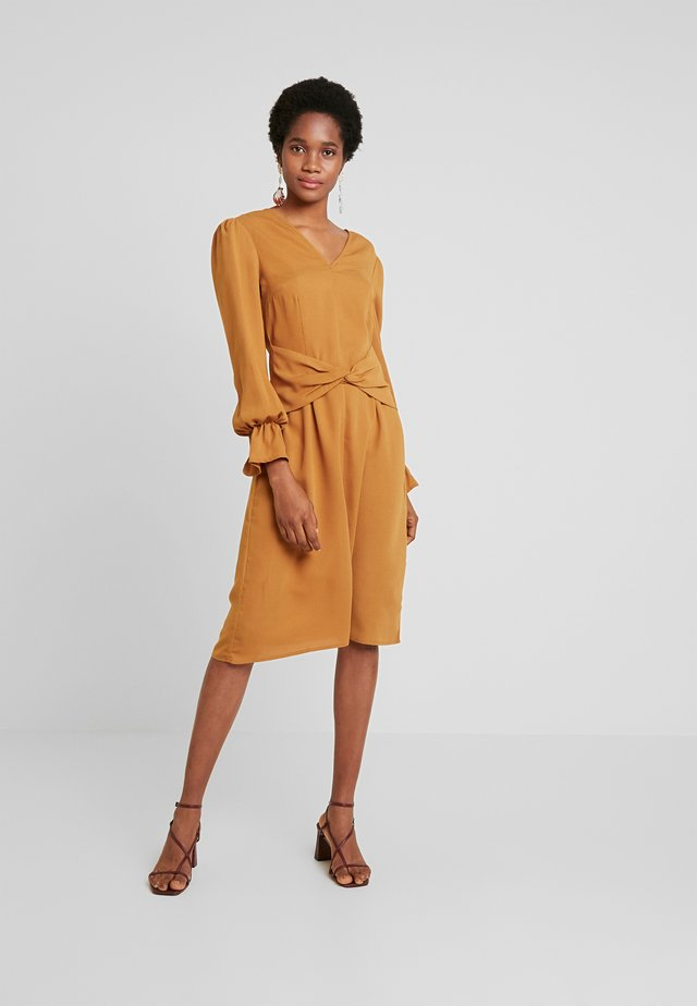 DRESS WITH FRONT TWIST DETAIL AND GATHERED CUFFS - Kjole - mustard