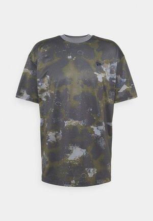 NEW ERA OUTDOOR UTILITY OVERSIZED TEE - T-Shirt print - dark green