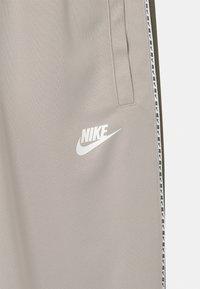 Nike Sportswear - REPEAT - Verryttelyhousut - desert sand/medium olive/white - 2
