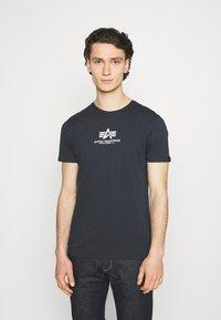 Alpha Industries - Print T-shirt - blue - 0