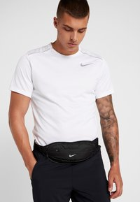 Nike Performance - LARGE CAPACITY GRAPHIC WAISTPACK 2.0 UNISEX - Bum bag - black/silver - 5
