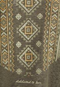 ONLY - ONLPIPER - T-shirts med print - kalamata - 2