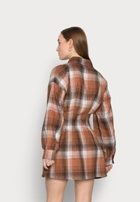 Missguided Petite - PLEATED WAIST DRESS CHECK - Shirt dress - rust - 2