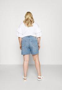 ONLY Carmakoma - CARHINE - Shorts di jeans - light blue denim - 2