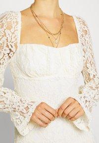 NA-KD - RUCHED MINI DRESS - Vestido de cóctel - off white - 5