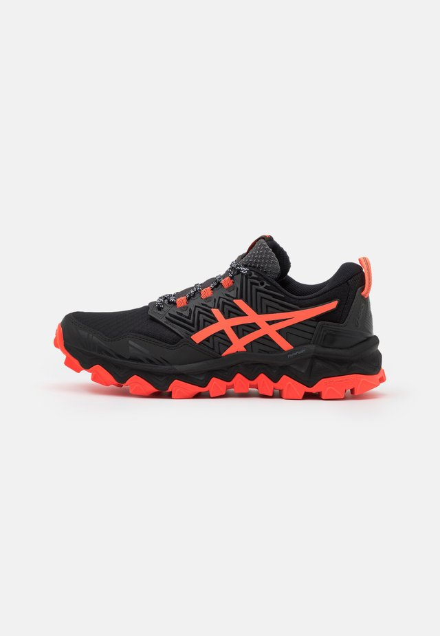GEL-FUJITRABUCO 8 - Scarpe da trail running - black/sunrise red