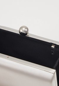 Dorothy Perkins - RECTANGLE CLUTCH - Clutch - silver - 4