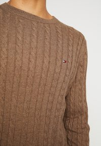 Tommy Hilfiger - CLASSIC CABLE CREW NECK - Stickad tröja - brown - 3