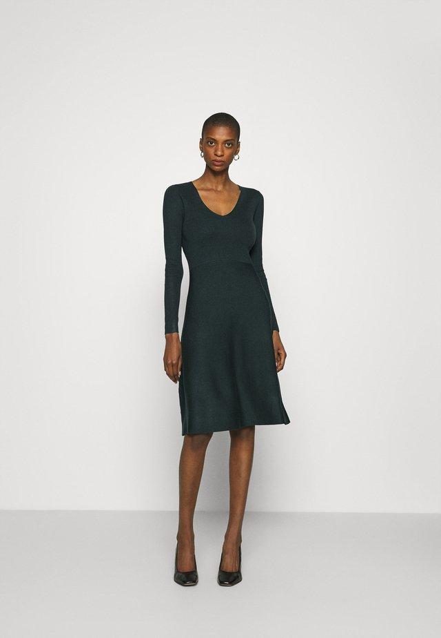 Pletené šaty - scarab