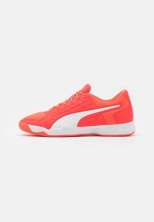 AURIZ - Handball shoes - red blast/white