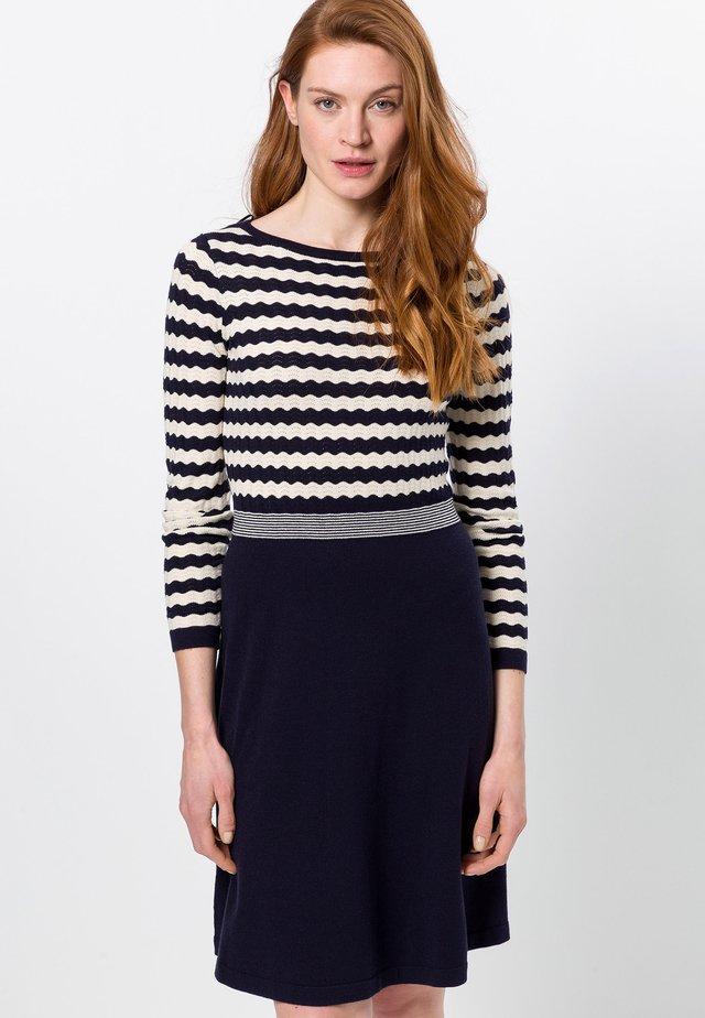 MIT WELLIGEN STREIFEN - Gebreide jurk - dark blue/beige
