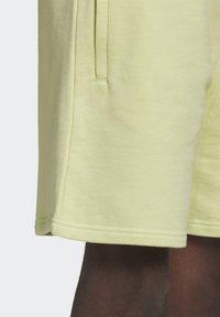 adidas Originals - ESSENTIAL UNISEX - Shorts - yellow tint - 4
