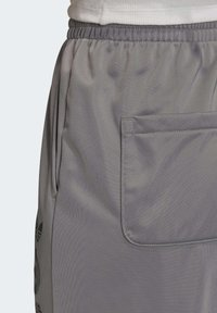 adidas Originals - LARGE LOGO TRACKSUIT BOTTOMS - Spodnie treningowe - grey - 6
