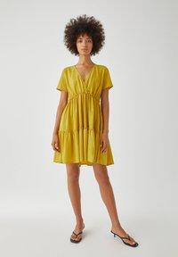 PULL&BEAR - WICKELOPTIK MIT RAFFUNGEN - Sukienka letnia - yellow - 1
