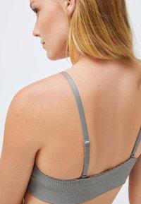 OYSHO - SEAMLESS  - Triangle bra - grey - 4