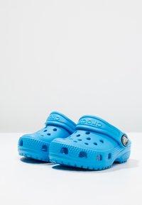 Crocs - CLASSIC  - Chanclas de baño - ocean - 2
