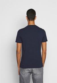 EA7 Emporio Armani - T-shirt con stampa - navy blue - 2