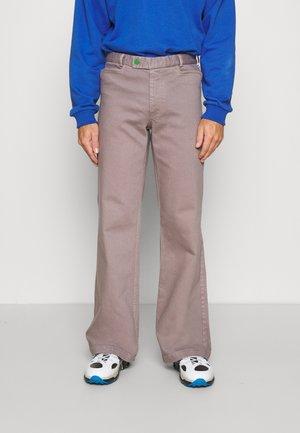 JAYDEN TROUSERS - Flared Jeans - zink grey