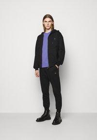 Vivienne Westwood - CLASSIC UNISEX - Basic T-shirt - lilac blue - 1