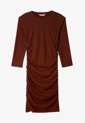 KURZES KLEID MIT RAFFUNG - Jersey dress - brown