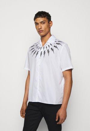 FAIR ISLE THUNDERBOLT PRINT HAWAIIAN - Shirt - white/black