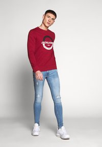 Jack & Jones - JCOSTRONG CREW NECK - Sweatshirt - rio red/melange - 1