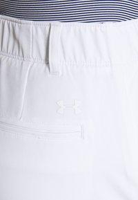 Under Armour - LINKS PANT - Kalhoty - white / mod gray - 4