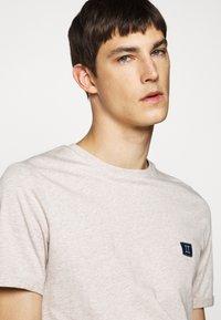 Les Deux - PIECE - Basic T-shirt - light brown melange/navy blue - 3