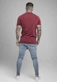 SIKSILK - SIKSILK STRETCH SPORTS TEE - T-shirt con stampa - burgundy & white - 2
