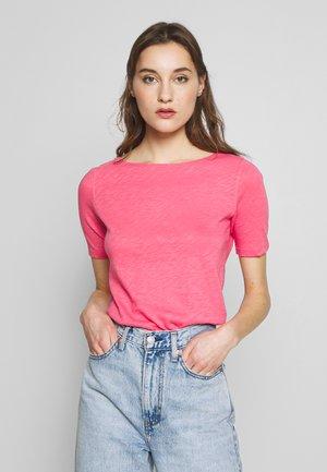 BOAT NECK - Camiseta básica - bright berry