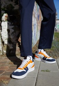 Nike Sportswear - SQUASH TYPE - Sneakers basse - summit white/dark obsidian/alpha orange/white - 2