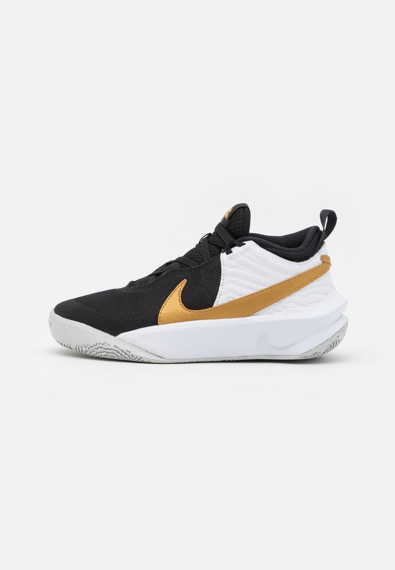 Nike Performance - TEAM HUSTLE 10 UNISEX - Zapatillas de baloncesto - black/metallic gold/white/photon dust