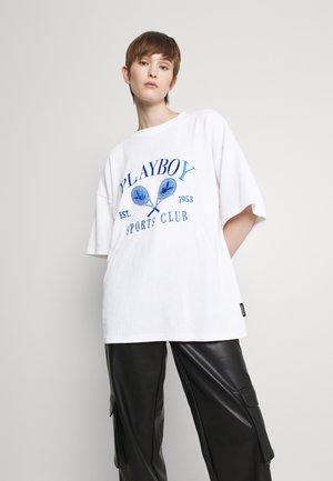 PLAYBOY SPORTS OVERSIZE - T-shirt print - white