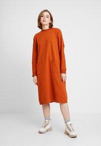 Monki - PLING DRESS - Vapaa-ajan mekko - rust - 0