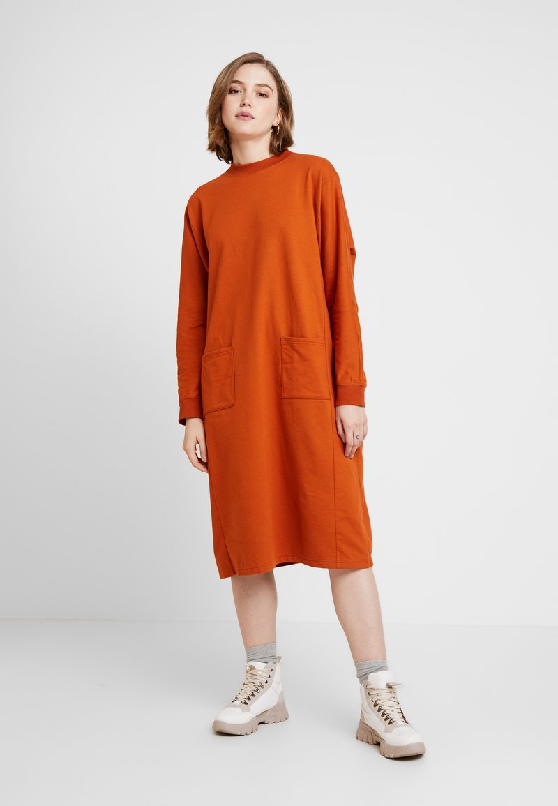 Monki - PLING DRESS - Vapaa-ajan mekko - rust