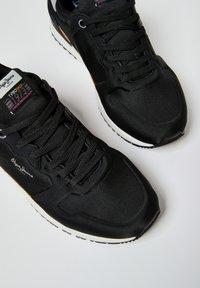 Pepe Jeans - TINKER PRO RACER 0.4 - Šněrovací boty - Nero - 5