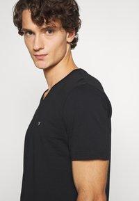 Calvin Klein - V-NECK CHEST LOGO - T-shirt - bas - black - 3