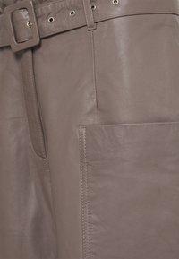 Selected Femme - SLFMOON CROP PANTS - Kožené kalhoty - fossil - 2
