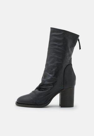 ELLE BLOCK HEEL BOOT - Botas - black