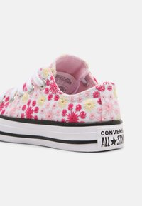 Converse - CHUCK TAYLOR ALL STAR OX UNISEX - Zapatillas - white/pink/black - 4