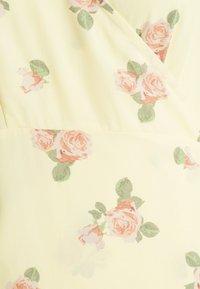 Glamorous Bloom - WRAP AROUND DRESSES WITH TIE DETAIL - Žerzejové šaty - yellow/pink rose - 3