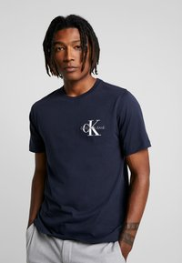 Calvin Klein Jeans - MONOGRAM EMBRO CHEST - Print T-shirt - night sky - 0
